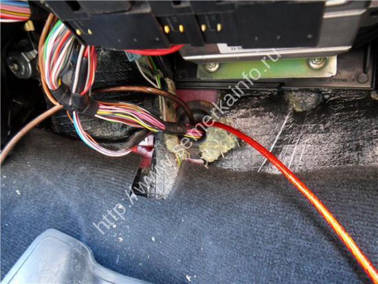 протягиваем провода подключения магнитолы из моторного отсека в салон ваз-2107